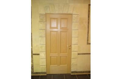 Дверной откос из мрамора фактуры «скала»
